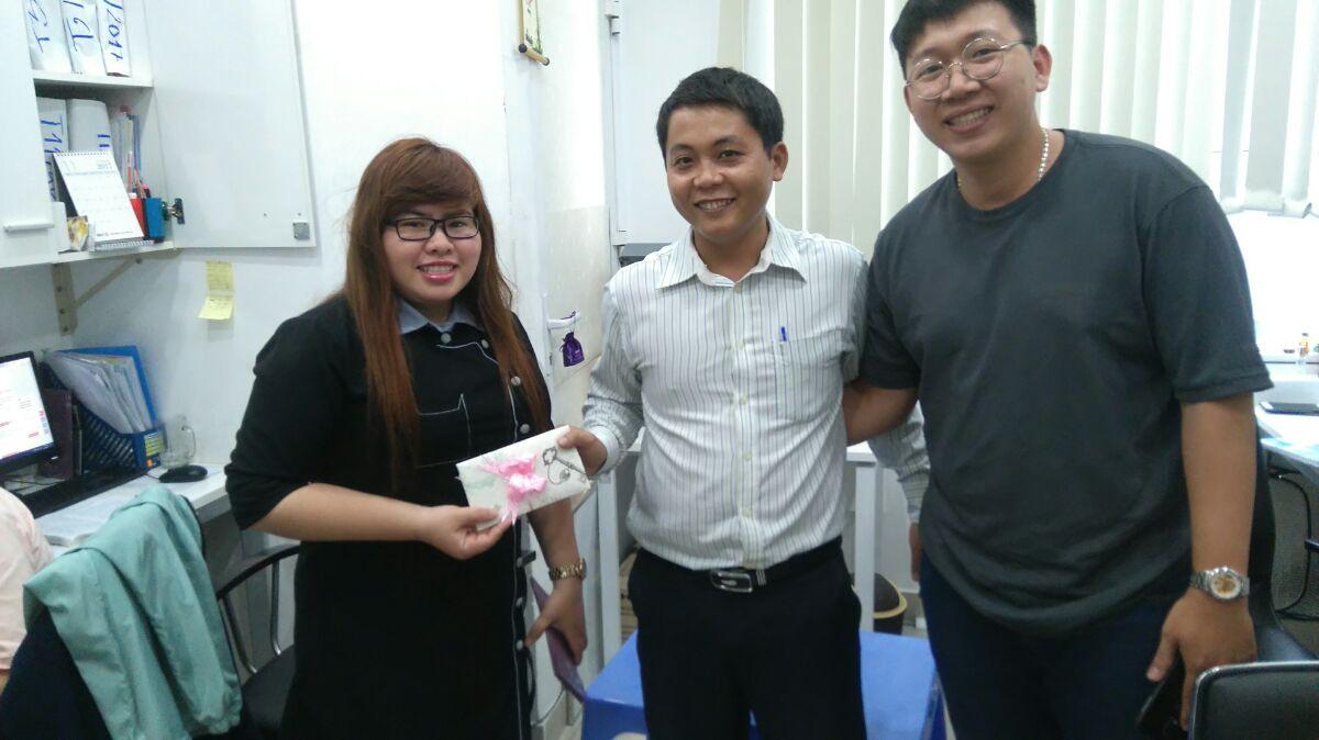 Mr Chuẩn đại diện công ty tặng quà cho cô dâu Lường Hiền