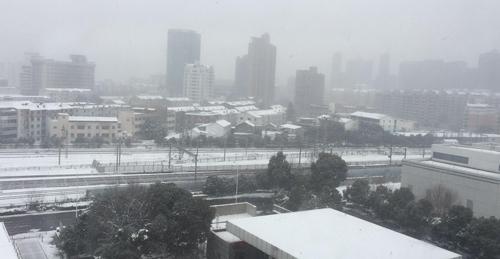 Tuyết rơi dày trận đấu có nguy cơ bị hoãn