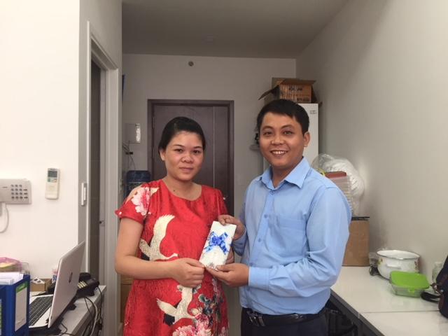 """Mr Chuẩn tặng quà cho """"mẹ Bông"""""""