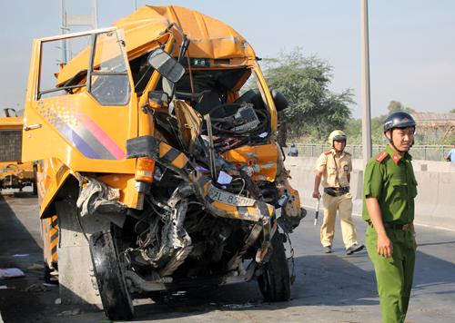 Hiện trường tai nạn xe cứu hộ tông xe vận chuyển container