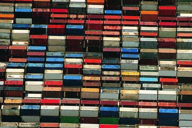 Hàng hóa được vận chuyển tại cảng ở Thượng Hải,