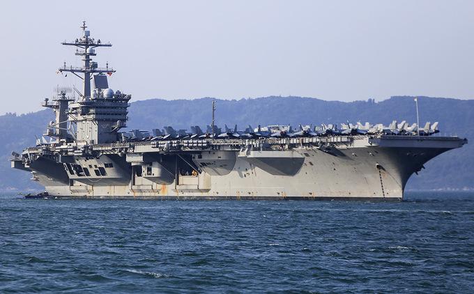 Trưa 5/3, tàu sân bay USS Carl Vinson đã neo cách cầu cảng Tiên Sa (Đà Nẵng) khoảng 1km, bắt đầu chuyến thăm hữu nghị của đoàn Hải quân Mỹ đến thành phố Đà Nẵng.