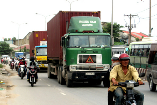 """Quốc lộ 1, đoạn qua khu vực huyện Bình Chánh, là """"điểm đen"""" tai nạn giao thông"""