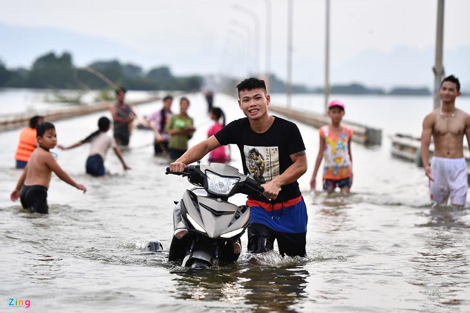 Hai ngày nay, chừng 500 m trên tuyến đường huyết mạch nối thị trấn Quốc Oai với một số xã của huyện Quốc Oai bị ngập sâu