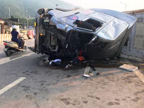 Đầu xe container bẹp dúm sau tai nạn