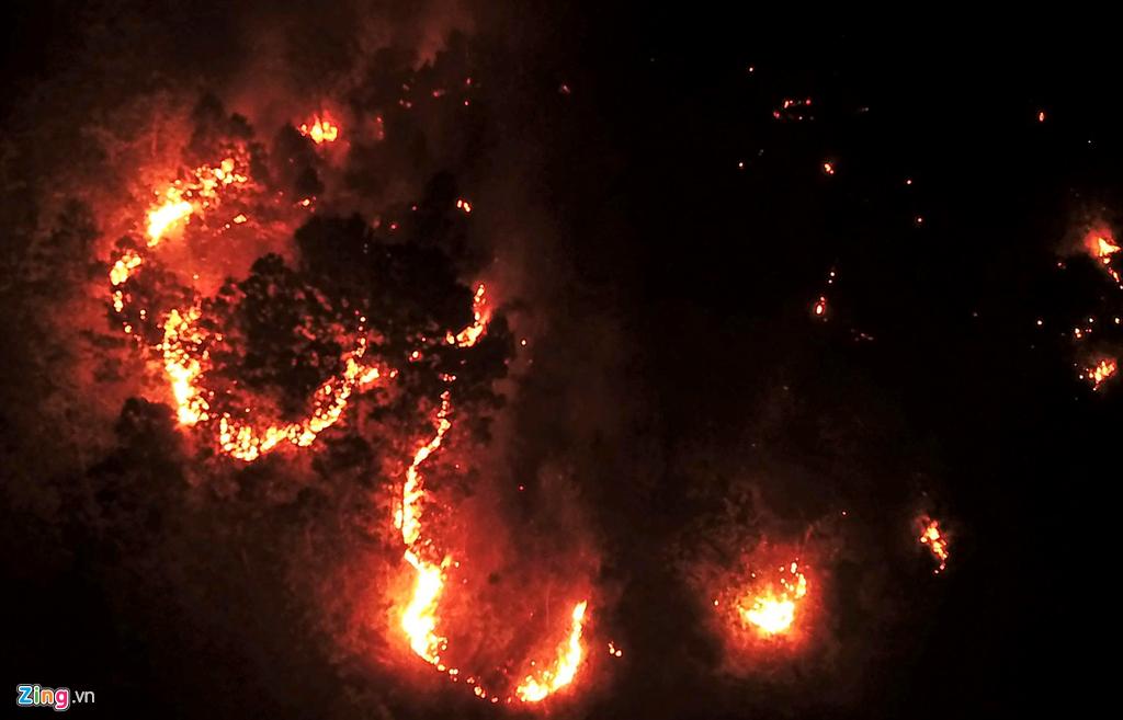 ngọn lửa lan mạnh đến tận đỉnh núi giáp ranh giữa 2 xã Sơn Thủy và Sơn Châu