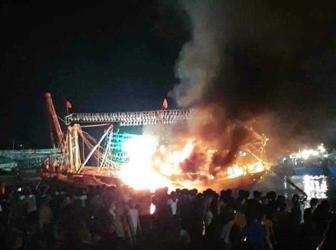 hiện trường vụ cháy tàu cá ở Nghệ An