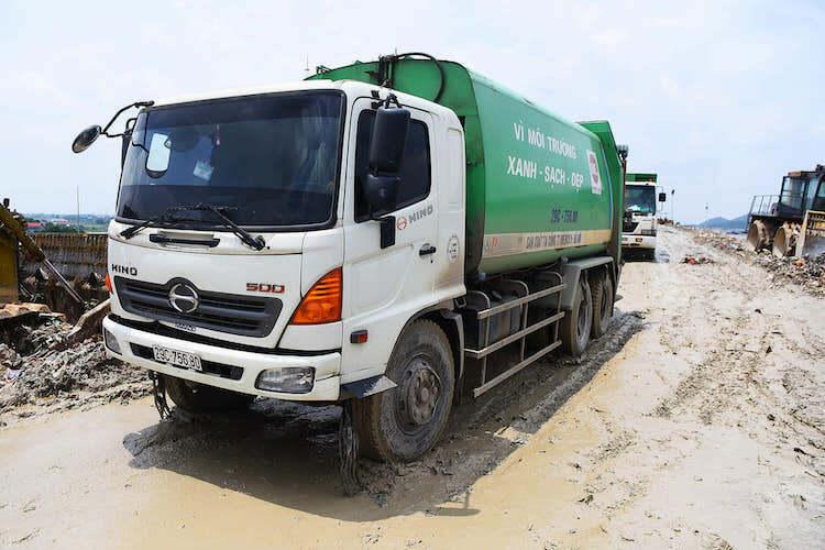 Xe vận chuyển rác tại khu liên hợp Nam Sơn