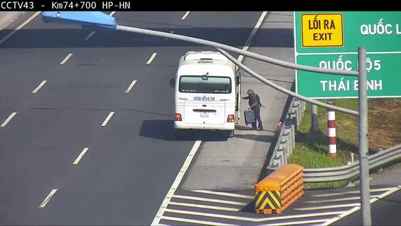 """Hành khách được """"thả"""" trên cao tốc Hà Nội - Hải Phòng trong ngày 29-6 bị camera an ninh ghi lại."""